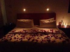 romantisches bett mit kerzen petals on bed with candles room
