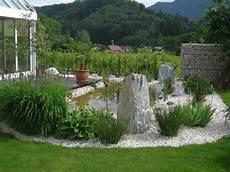 ideen für gartengestaltung mit steinen teich gr 252 ne pflanzen und steine f 252 r eine sch 246 ne garten
