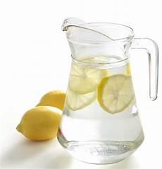 Wasser Mit Zitrone Gesunde Ern 228 Hrung Lebensmittel
