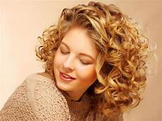 shoulder length blonde curly hair 1001 ideas for stunning hairstyles for curly hair that you will love