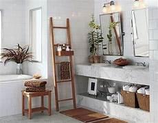 bad deko türkis wei 223 es badezimmer mit einer holztreppe und zwei spiegeln