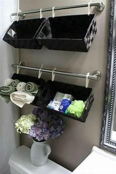 aufbewahrung bad einrichtungsideen f 252 rs kleine badezimmer t 252 cher eingerollt