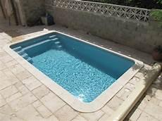 piscine coque grise piscine coque polyester grise avec escaliers d angle et banquette dans le gard mod 232 le bahamas