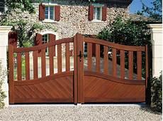 portail en bois portail bois avantages et prix du portail en bois