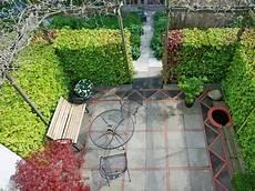 alte waschbetonplatten verschönern terrasse alte betonplatten aufpeppen ideen garten und