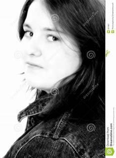 fille de 13 ans en noir et blanc image stock image