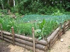 sandkasten aus baumstämmen bauen hochbeet aus rohen baumst 228 mmen garden raised beds
