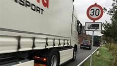 lkw geschwindigkeit landstraße verkehrsmessungen butteldorf lkw mit 80 km h durchs dorf