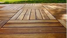 pavimenti in legno per giardini pavimento esterno legno boiserie in ceramica per bagno