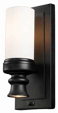 does this light have a built in on off switch or wall switch
