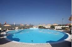 bagno in piscina in alhambra stabilimento balneare con piscina a viareggio