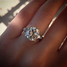 what finger does your engagement wedding ring go kamdora