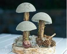 herbstdeko holz selber machen diy coole herbstdeko mit pilzen aus beton deko kitchen