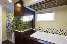 aquarium im badezimmer zeitgen 246 ssische badezimmer mit fisch tank aquarium