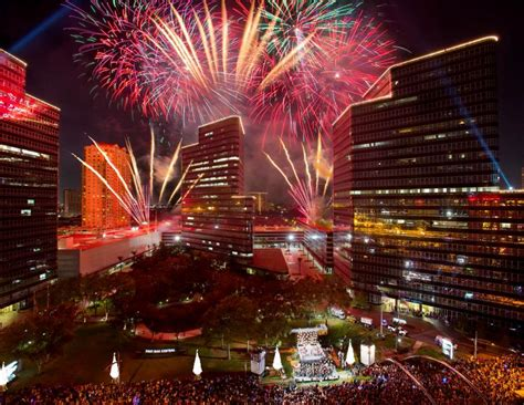 30th Annual Uptown Houston Holiday Lighting The Buzz