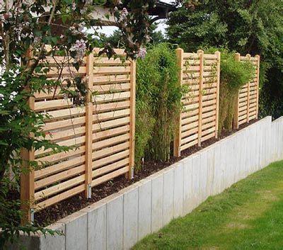 gartenzaun kleingarten gartenzaun aus douglasienholz auf natursteinmauer garten