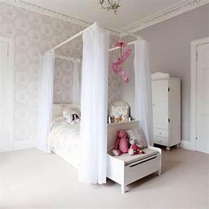 Himmelbett und gemusterte tapete im romantischen for Balkon teppich mit jugendzimmer tapete jungen