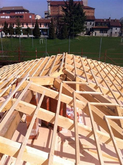 tetti a padiglione foto costruzione di un tetto a padiglione di edil trovato