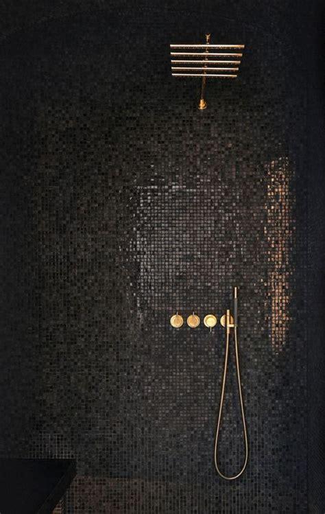 cuisine designe le carrelage noir entre dans la salle de bain et la