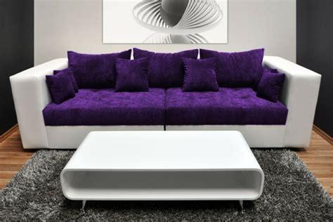 Sofakissen In Lila Für Eine Coole Zimmer-ausstattung