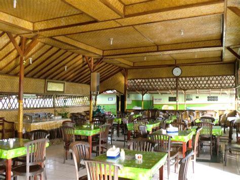 menyantap makanan tradisional indonesia  rumah makan