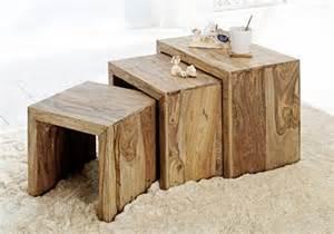 in holz wohnideen dekorative beistelltische aus naturbelassenem sheeshamholz bild 13 living at home