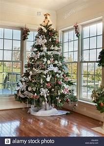 Weihnachtsbaum Rot Weiß : geschm ckter weihnachtsbaum mit silber und wei e b nder und ornamente in einfamilienhaus ~ Yasmunasinghe.com Haus und Dekorationen