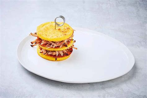 dressage des assiettes en cuisine dressage d une assiette de mille feuille à l effiloché de porc et aux galettes de polenta