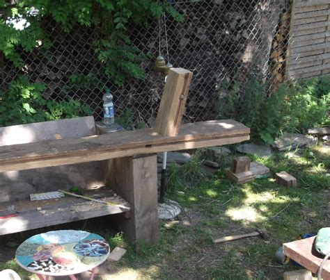schuine gaten  dik hout voor een bierbank