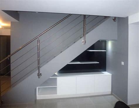 cuisines en bois sous escalier pente