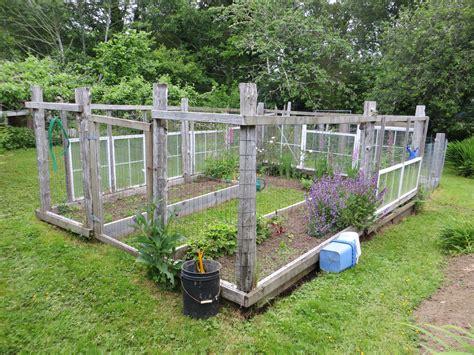 diy enclosed backyard vegetable garden using recycled wood