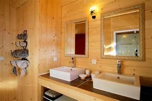 Salle De Bain En Bois : le bois dans la salle de bain ~ Teatrodelosmanantiales.com Idées de Décoration