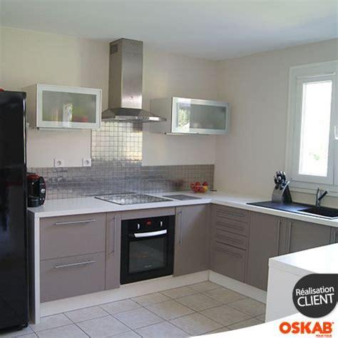 cuisine blanche et taupe cuisine ouverte avec bar donnant sur la pièce à vivre