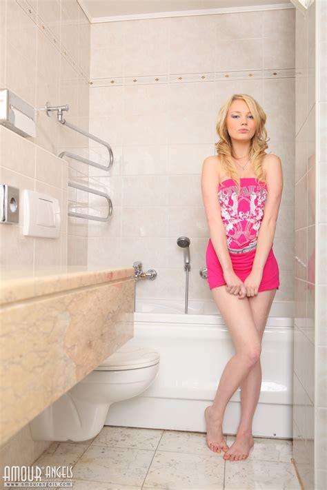 Blonde Washes Her Ass Nakedteens Photos