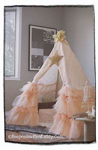 Tipi Petite Fille : kids ruffle teepee play tent in stock play tents teepee bed and little girl rooms ~ Teatrodelosmanantiales.com Idées de Décoration