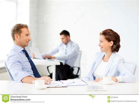 femme de bureau homme et femme discutant quelque chose dans le bureau