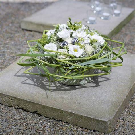 kleine gestecke weihnachten symbolstarke trauerfloristik strau 223 und gesteck mit geknicktem gras trauer floristik