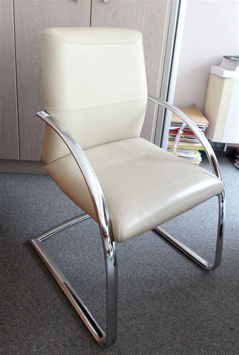 garniture de bureau en cuir trois fauteuils visiteurs a garniture de cuir creme