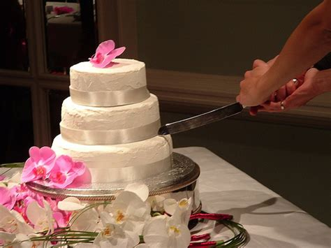 how to cut a wedding cake how to cut wedding cake