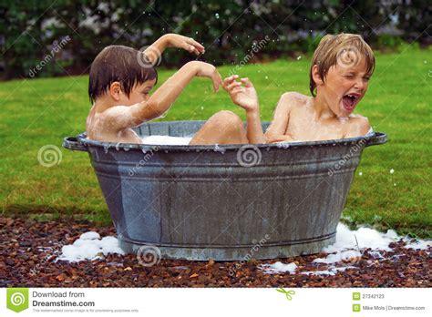 vasca da bagno bambini bambini in vasca da bagno dello zinco immagine stock