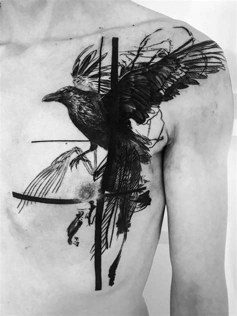 Abstraktes Raben Tattoo auf einer Männerbrust | Raben