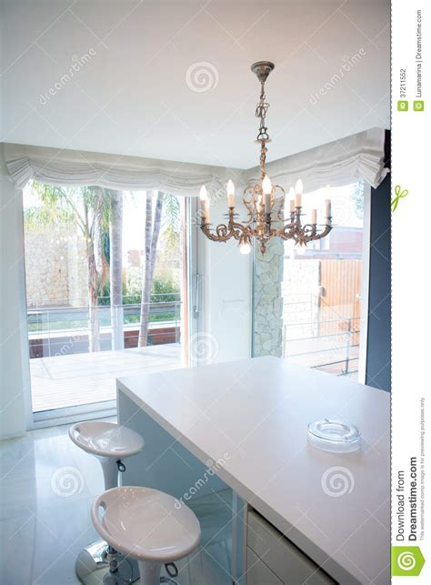 table de cuisine ik饌 table de cuisine blanche moderne avec le lustre de vintage stock with table de cuisine vintage