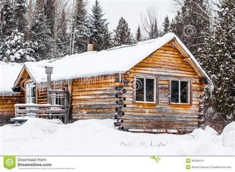 chalet en bois de rondin au qu 233 bec canada photo stock image 38799479