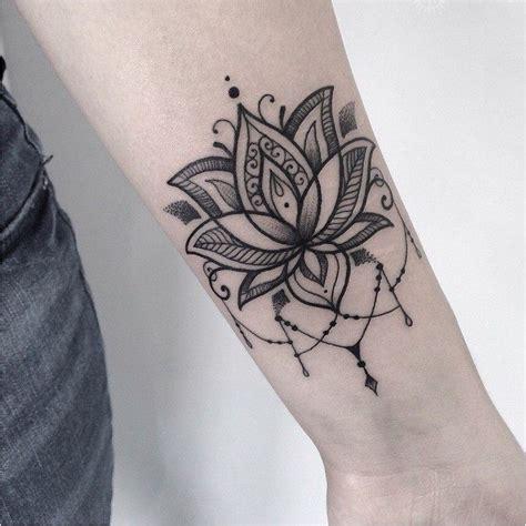 tatouage fleur de lotus avant bras homme acidcruetattoo