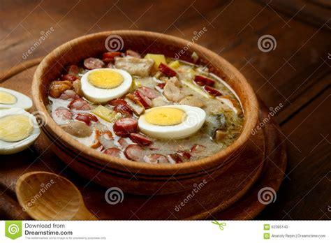 cuisine polonaise traditionnelle soupe polonaise traditionnelle zurek à pâques photo stock