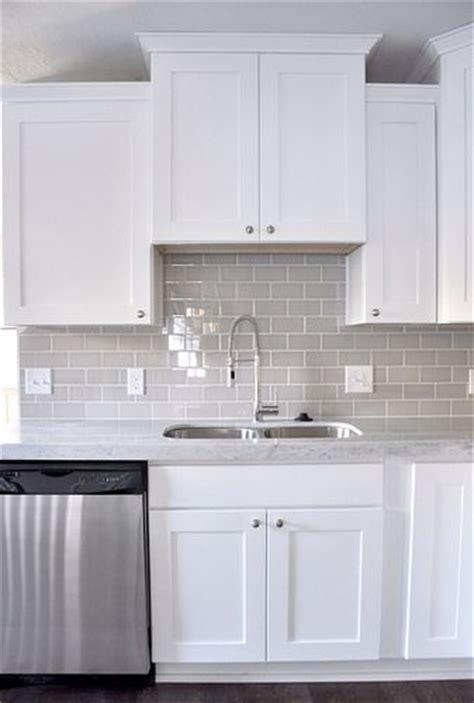 Backsplash With White Cabinets And Grey Countertop by Best 25 Kitchen Backsplash Ideas On
