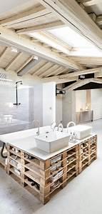 Bar Aus Holzpaletten : pallet base vanity blonde wood beams and skylight ~ A.2002-acura-tl-radio.info Haus und Dekorationen