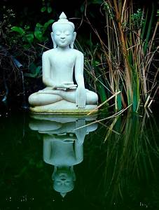 Statue Bouddha Exterieur : best 25 statue bouddha jardin ideas on pinterest guy amour ami trucs mignons japonais and zen ~ Teatrodelosmanantiales.com Idées de Décoration