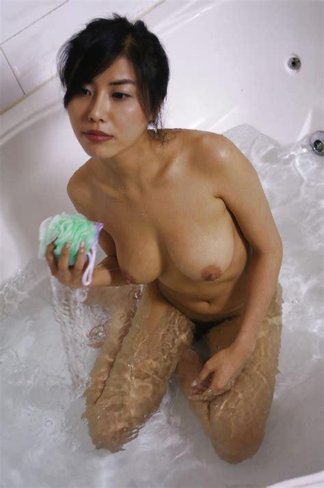 asia porn photo korean milf taking a bath