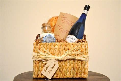 Geschenk Zum Einzug  Brot, Salz Und Wein In Einem Korb